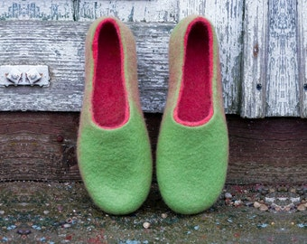 Felted wool slippers Green Red Natural wool slippers Traditional valenki