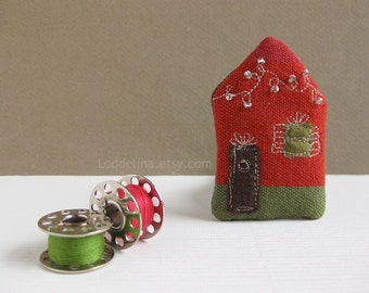 Tiny HOUSE brooch. Burnt red and olive green with twinkle christmas lights