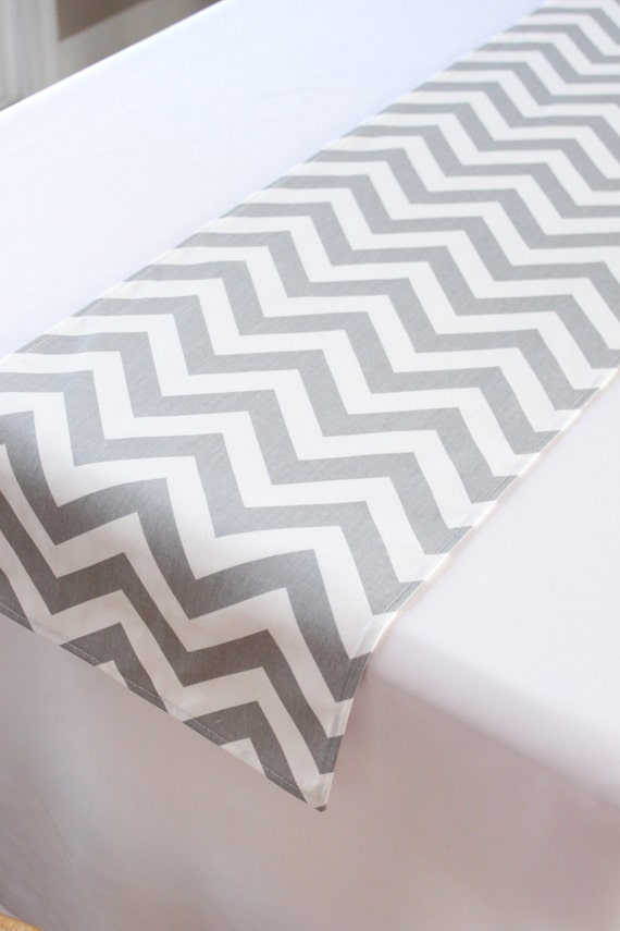 Chemin de table chevrons gris clair d coration de table de - Chemin de table gris perle ...
