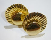 vintage gold tone shell ish like clip on earrings 315C