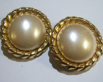 vintage off white with gold tone round clip on earrings 14IN09