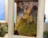 Fiona Moonshadows kleinen OOAK Fairy Dress hergestellt aus Moos und Blumen