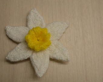 Medium daffodil narcissi flower pin brooch corsage pearlescent white with golden yellow trumpet