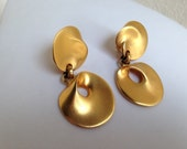 Vintage 1980 matte gold round disc glamours dangle earrings clip by Clara Studio