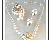 Vintage Weiss Parure - White w Gold Tone Flower Brooch Necklace Earrings Set   Para-1357a-082912050