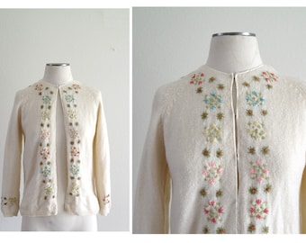 Vintage 1950s Cardigan Sweater - Floral Cardigan - Cyn Les Cardigan - Crewel Embroidery - Wool Cardigan - Knit Cardigan - Ivory - Small/Med