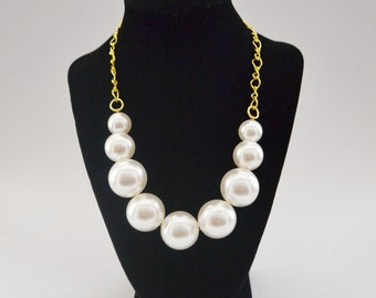 white pearl and gold necklace