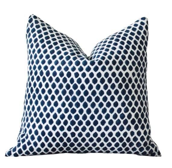 blau wei ikat indigo designer kissen blau von motifpillows. Black Bedroom Furniture Sets. Home Design Ideas