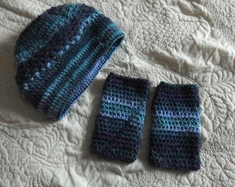 Cap and mittens for women with blue wool for winter