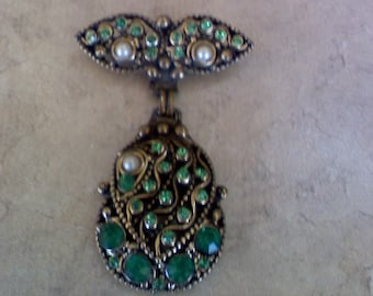 Green stones and pearls  on broach, very retro