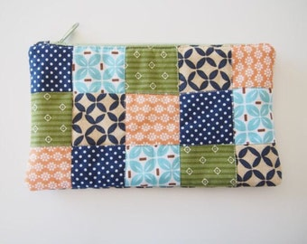 Zipper pouch with patchwork quilted front
