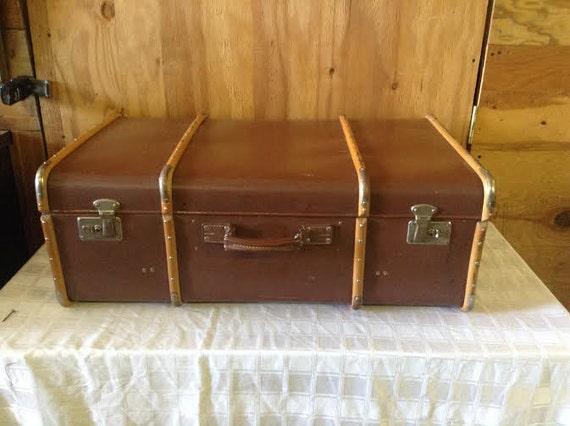 articles similaires bagage valise vintage vintage coquille brun valise avec des bandes de bois. Black Bedroom Furniture Sets. Home Design Ideas