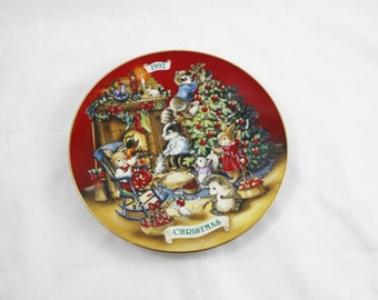 Avon 1992 'Sharing Christmas with Friends' Plate