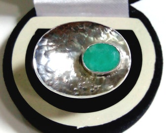 Natural Faceted Emerald ( oval 10 x 8 mm ) Gemstone in handmade Hammered Disc Ring ANY SIZE AVAILABLE made in Solid 925 Sterling Silver