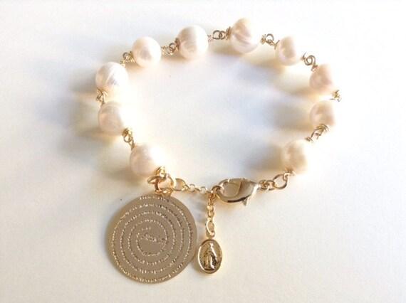 Pulsera de perlas cultivadas con Dije de Oro laminado y Oracion del Padre Nuestro, Pulsera