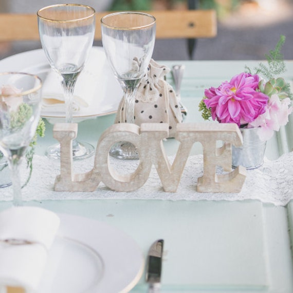 Centre de table en bois mariage love wedding table by for Deco table mariage bois flotte