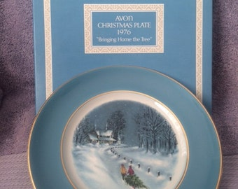 """Vintage Avon Christmas Plate 1976 """"Bringing Home the Tree"""" New in Box Rare"""
