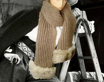 Large scarf scarf with white fox fur embellish.