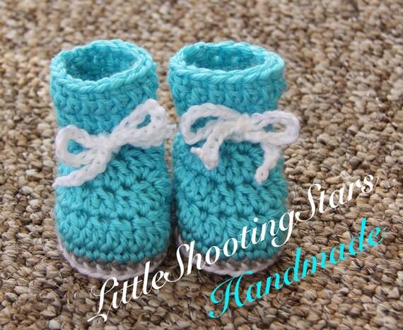 chaussons au crochet id e cadeau de b b gar on chaussons. Black Bedroom Furniture Sets. Home Design Ideas