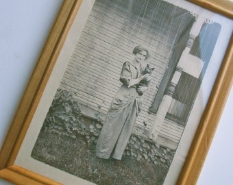 Vintage Wooden Frame 7 x 5 Inches with Vintage Reproduction Print of Woman and Cat