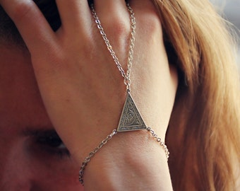 ornate triangle slave bracelet in silver, triangle hand chain, bracelet ring, slave ring, art deco triangle, triangle bracelet