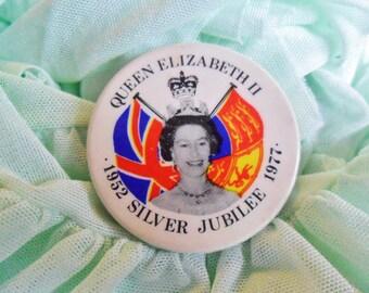 Vintage Retro Queen Elizabeth II Silver Jubiliee Monarchy Royal Family Pin Badge