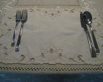 Set of 4 embroidered placemat