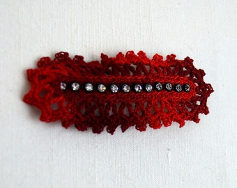 Hair clip with crocheted decoration