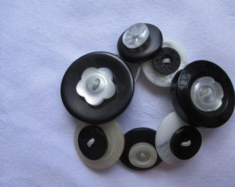 Button bracelet-black and white