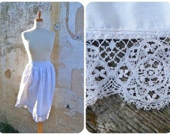 Vintage 1900/1920 French  white sateen cotton apron adorned with handmade lace