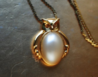 Mod style vintage 70s gold tone metal necklace with  oval shape white pearl owl pendant. Made by Trifari.