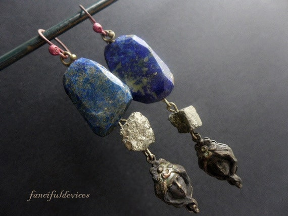 Acronical. Rustic assemblage lapis lazuli