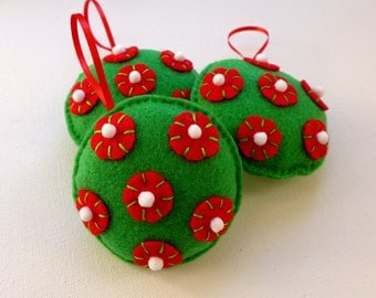 Green felt Christmas tree ornament - Set of 3 Christmas tree ornaments - little snow balls - Holiday green and red tree decoration