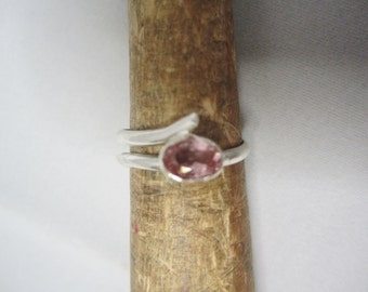 Pink Stone Ring . Pink Sapphire Ring . Handforged Stone Ring . Bague Pierre . Sparkling Gem Stone Ring ./. Modern Ring ./. Contemporary Ring