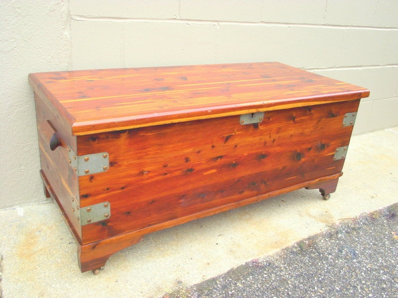 rolling solid cedar chest storage trunk coffee table rustic. Black Bedroom Furniture Sets. Home Design Ideas