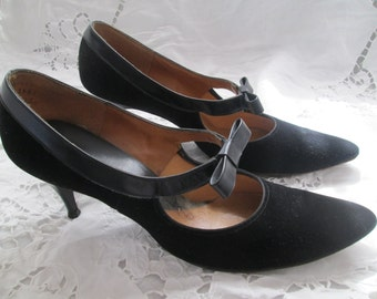 1960's Ladies Black Suede/Leather Trim PUMPS with Leather Front Bow 7AA