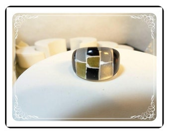 Vintage Lucite Ring - Mod Abstract Black &  Gold Tone Ring  R1570a-042412000