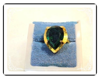 Green Stone Ring - Large Teardrop Glass Stone in Goldtone Ring - Size 6 Adjustable   -   R2035a-122512000