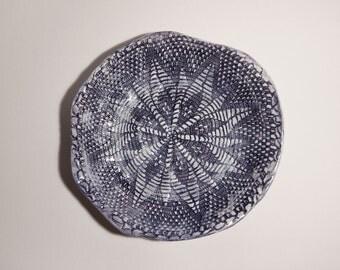 La petite assiette: plat en céramique, vide poche estampé napperon dentelle, pièce unique