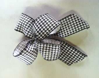 Black and White 4-Loop Bow