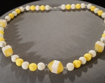 Vintage Art Deco Style Lucite Yellow White Round Silver Tone Beads Necklace Jewelry   K