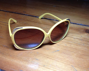 Ginormous 70s shades with metal accents