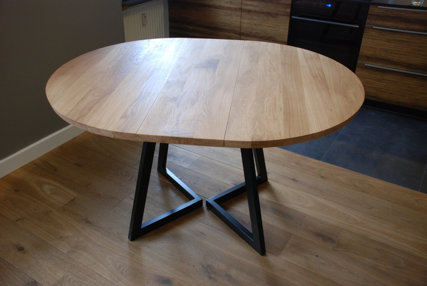 Extendable round table modern design steel and timber for Table ronde tulipe extensible