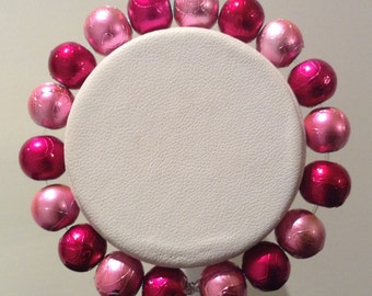 Bracelet. 17cm.Glossy 10mm round Glass beads. Alternating Hot pink and lighter pink beads