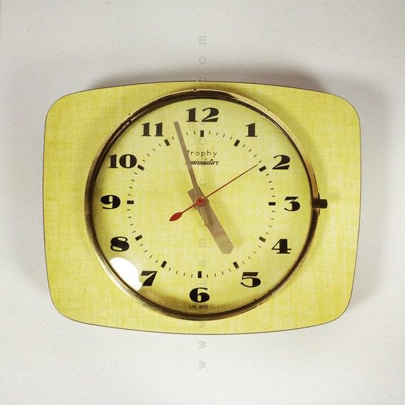horloge en formica jaune des ann es 70. Black Bedroom Furniture Sets. Home Design Ideas
