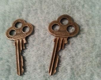 Sale Vintage Metal Keys Set of (2) Rusty Keys Old Keys Small Keys Steampunk Jewelry Findings Gothic Jewelry Supplies Cabinet Keys Desk Keys