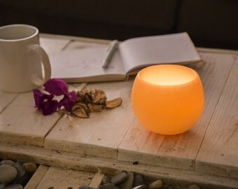 """Scented wax candle holder with Amber fragrance and tea light. 4,74"""" diameter, cream color."""