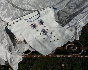 Bohemian blouse * Off white with embroidered flowers/retro style/Gypsy style/Vintage/years 60/Hippie/Folkoristisch