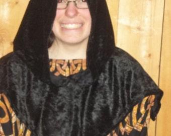 Black hood of panne velvet.