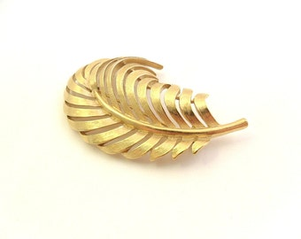 SALE Crown Trifari Gold Plated Feather Plume Brooch - Gold Tone Quill Pin